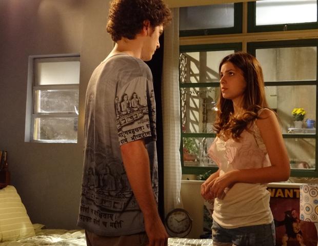 Gabriel e Cristal se beijam e ele sofre um desmaio (Foto: TV Globo)