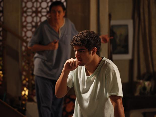 Antenor entra em pânico quando vê Renê em sua casa (Foto: tv globo)