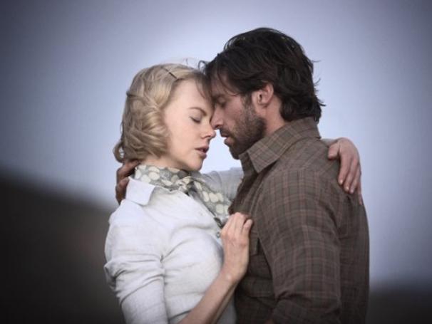 Enquanto viajam em plena guerra, Sarah (Nicole Kidman) e Drover (Hugh Jackman) vivem linda história de amor (Foto: Divulgação)