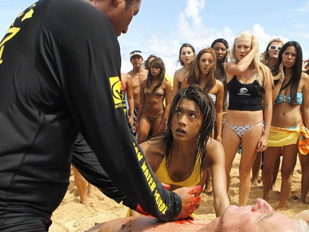 Hawaii Five-0 Kono vê seu mentor no surfe ser assassinado (Foto: Divulgação)