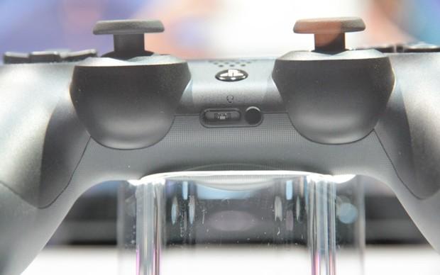 Entrada do headset que virá com o DualShock 4 (Foto: Léo Torres / TechTudo)