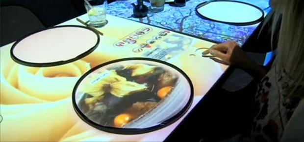 Cliente controla pedidos e visualiza os pratos no Inamo, em Londres (Foto: Reprodução)