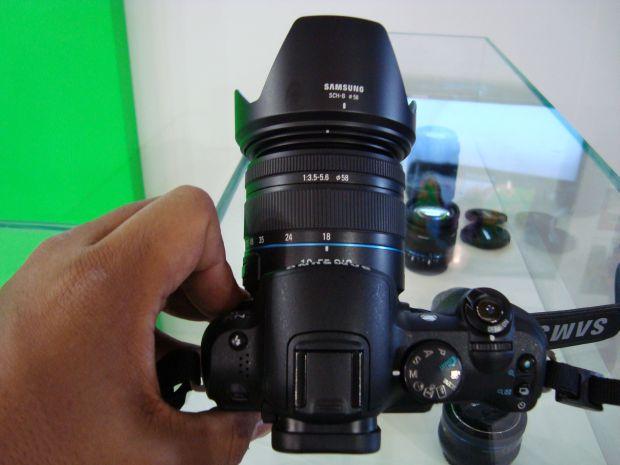 Samsung NX11 tem controle de configurações na lente (Foto: Reprodução)