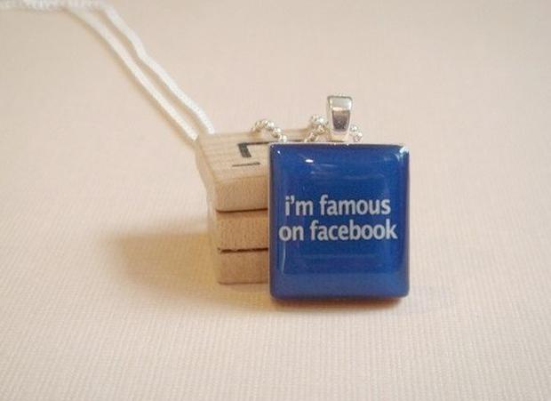 """Pingente """"Eu sou famoso no Facebook"""" (Foto: Reprodução)"""