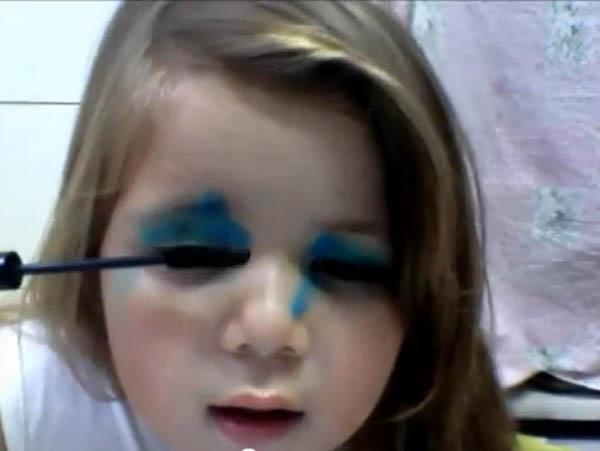 Sucesso no YouTube, Julie ensina crianças a fazer maquiagem (Foto: Reprodução)