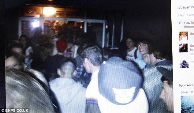 Foto tirada durante a festa (Foto: Reprodução/Daily Mail)