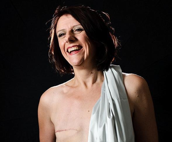 Joanne Jackson posando para o seu ensaio fotográfico (Foto: Reprodução)