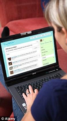 Menina acessando o Twitter (Foto: Reprodução)