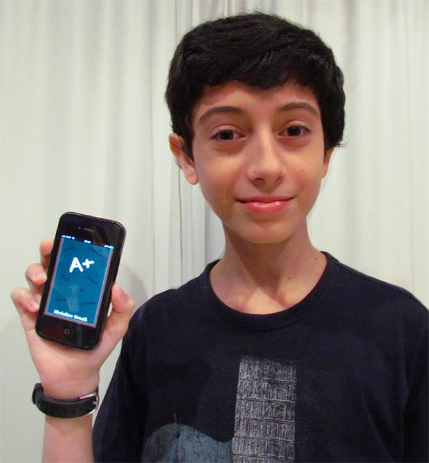 O jovem Natan Gorin mostra orgulhoso seu aplicativo (Foto: Divulgação)
