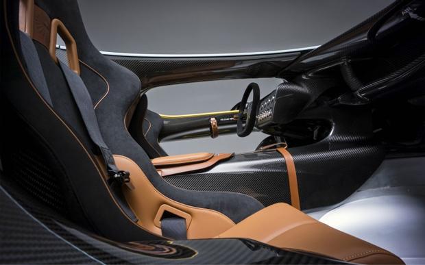 Interior tem conforto, fibra de carbono e espaço para duas pessoas (Foto: Divulgação)