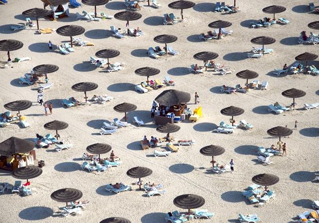 Praia em Dubai, um dos Emirados Árabes Unidos (Foto: Reprodução/Gray Malin)