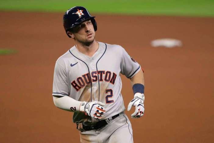 SEATTLE, WASHINGTON - 23 DE SEPTIEMBRE: Alex Bregman # 2 de los Astros de Houston reacciona después de quedar tercero en la cuarta entrada contra los Marineros de Seattle en T-Mobile Park el 23 de septiembre de 2020 en Seattle, Washington.