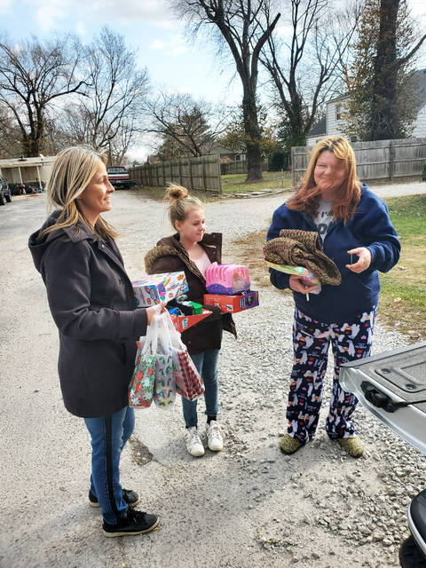 Riverbend group delivers gifts to 25 families - Alton ...