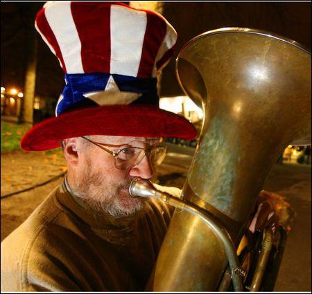 Violence takes iconic Tuba Man - seattlepi.com