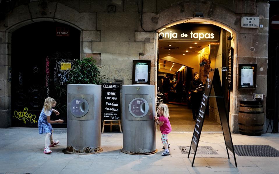 Εξυπνο σύστημα αποκομιδής απορριμμάτων στη Βαρκελώνη. Αισθητήρας στους κάδους ειδοποιεί τα συνεργεία του δήμου όταν γεμίσουν.