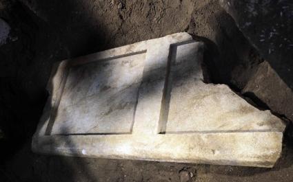 Κατά την απομάκρυνση της αμμώδους επίχωσης εντοπίστηκε το δεύτερο μαρμάρινο θυρόφυλλο σε καλή κατάσταση διατήρησης, πεσμένο μέσα στο όρυγμα, διαστάσεων, 2Χ0,90Χ0,15μ. και βάρους περίπου ενάμισι τόνο.