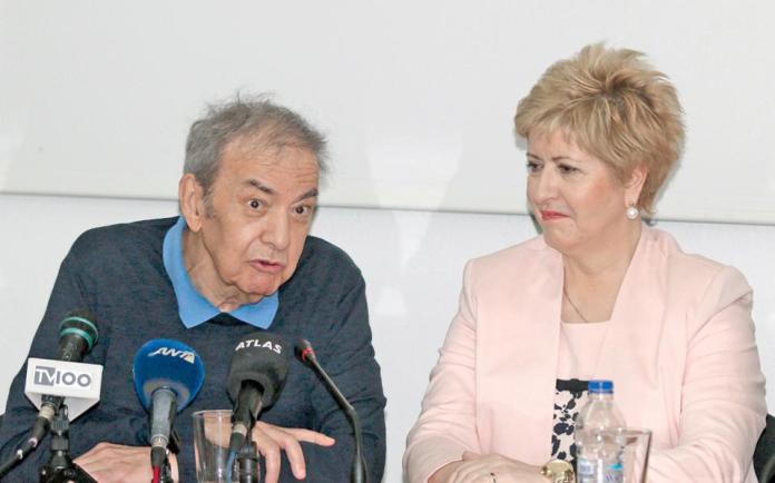 Για κάποιο λόγο που μόνον η ίδια ξέρει, η υφυπουργός Μακεδονίας - Θράκης ντύθηκε κουφέτο. Στο πλευρό της, ο ζωγράφος Ευθύμιος Βαρλάμης, ο οποίος ειδικεύεται σε θρησκευτικά θέματα.
