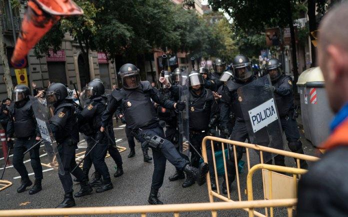 violence2 Στο αίμα πνίγηκε το δημοψήφισμα στην Καταλωνία [εικόνες & βίντεο]