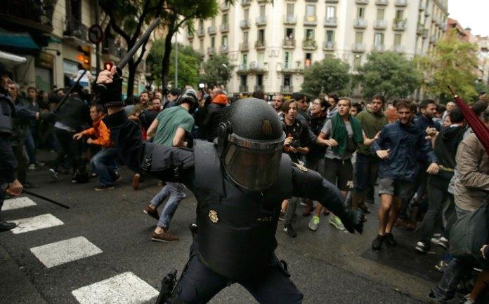 violence3 Στο αίμα πνίγηκε το δημοψήφισμα στην Καταλωνία [εικόνες & βίντεο]