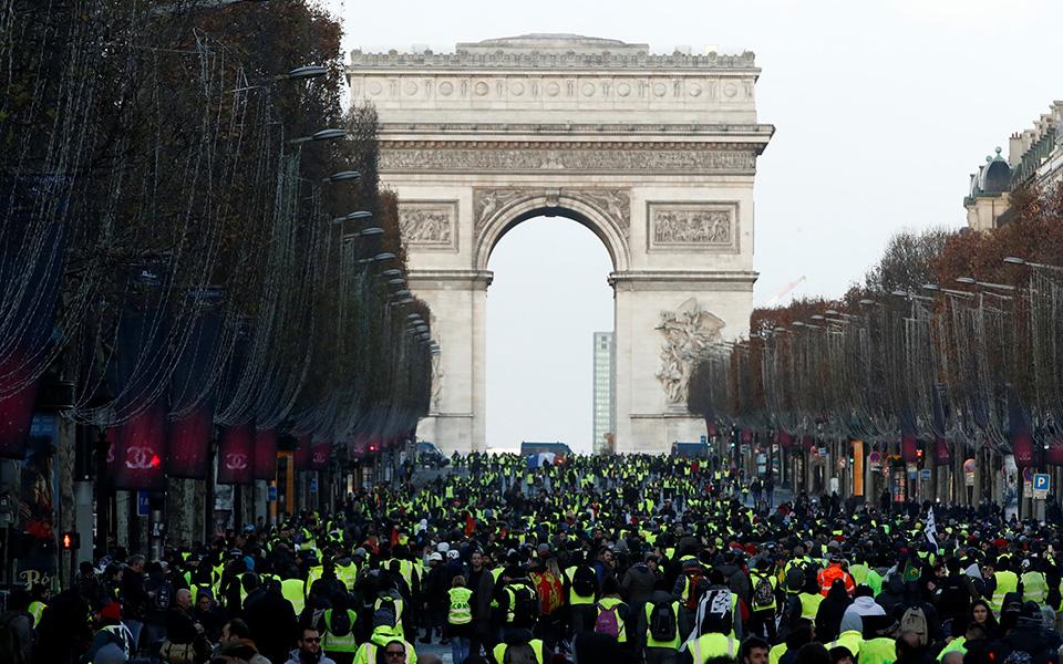 """2 Η Γαλλία βρίσκεται σήμερα σε """"εμπόλεμη"""" κατάσταση - Μαίνονται οι συγκρούσεις"""