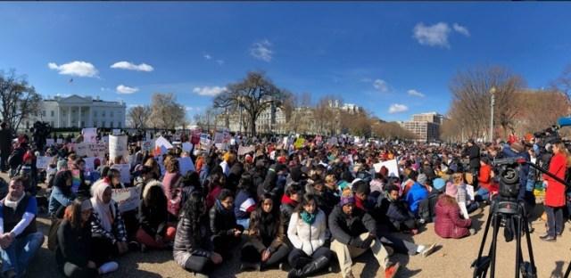 У США учні й студенти масово вийшли на вулиці, протестуючи проти вільного володіння зброєю