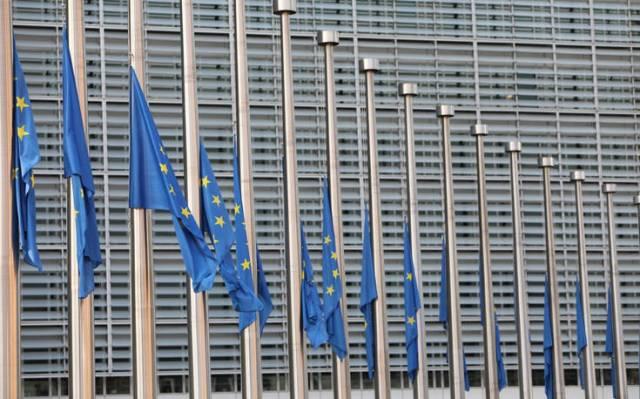 Μεσίστιες οι σημαίες στην Κομισιόν σε ένδειξη αλληλεγγύης στον ελληνικό λαό