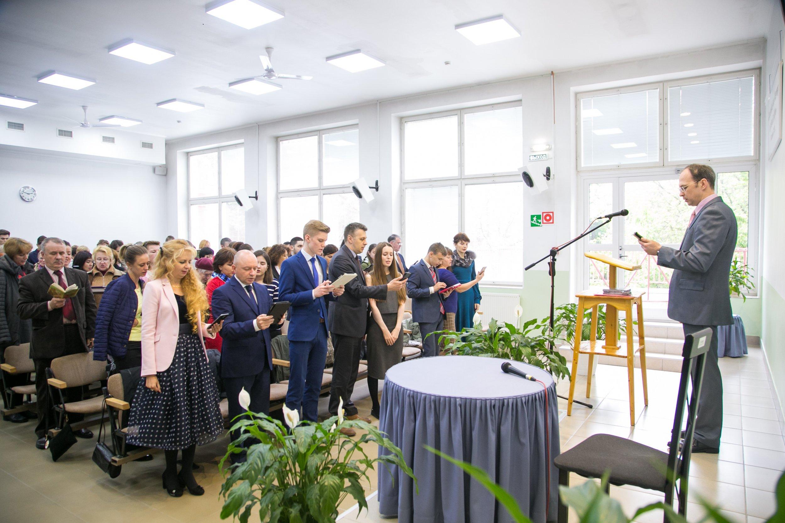 As Testemunhas de Jeová cantam em uma reunião na Rússia. Duas Testemunhas de Jeová receberam recentemente um prestigioso prêmio para pais, apesar de o grupo ser considerado