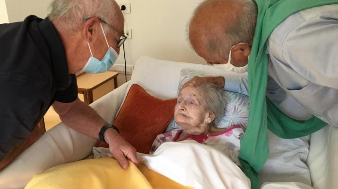 """After confinement, the Geoffroy brothers visit their mother for the first time in two months, at the nursing home.""""Golden age"""" from Monestier-de-Clermont in Isère.  Photo: June 2020,"""