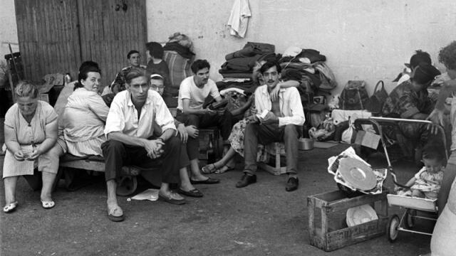 Blackfoot refugees in the Algerian port of Oran, waiting to board a ship for France, after the referendum on the independence of Algeria of July 1, 1962.