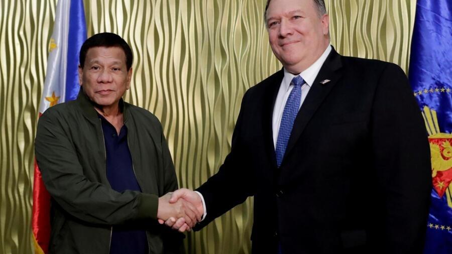 Tổng thống Duterte và ngoại trưởng Mỹ Pompeo tại một căn cứ không quân ở Manila ngày 28/02/2019.