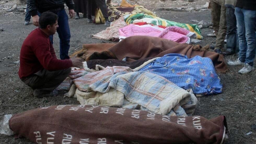 Les corps de Syriens tués après une frappe aérienne du régime de Bachar el-Assad dans le quartier al-Maysar d'Alep, le 18 janvier 2014.