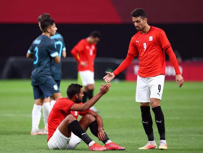 Les joueurs égyptiens Ahmed Yasser Rayan et Taher Mohamed après avoir perdu contre l'Argentine lors du tournoi de football des Jeux olympiques de Tokyo le 25 juillet.