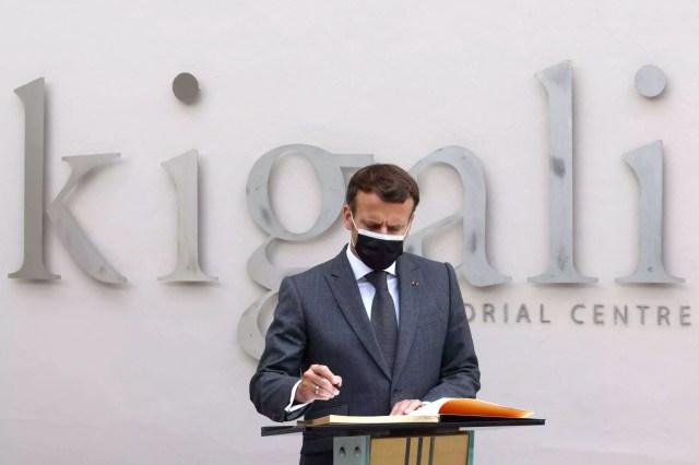 Le président français Emmanuel Macron dépose sa signature dans le livre d'or du Mémorial du génocide de Kigali, le 27 mai 2021.