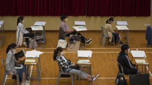 4月24日香港一学校的学生考试现场