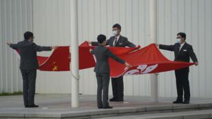 香港立法院成员展开中国国旗与香港区旗,摄于3月11日