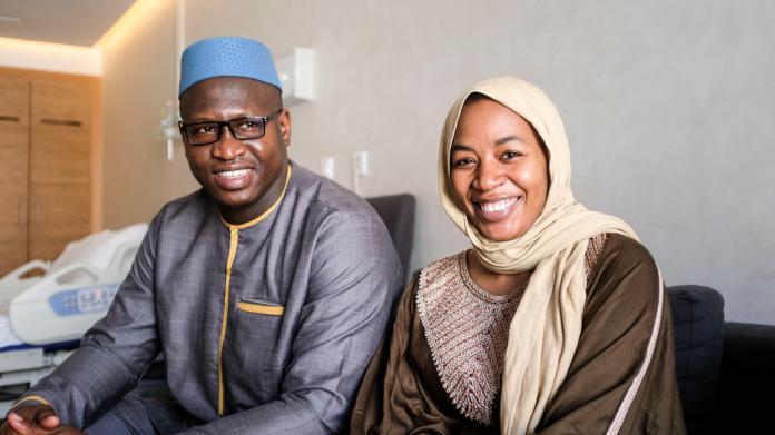 Halima Cissé, 26 ans, étudiante, et Abdelkader Arby, 35 ans, adjudant dans l'armée malienne, vivaient une « vie simple et heureuse » à Tombouctou avec leur fille de deux ans et demi.  Ils saluent l'arrivée de ces non-uplets