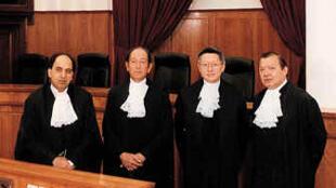 香港终审法院首席法官李国能(右二)和常任法官包致金(左)、烈显伦(左二)、沈澄(右)在终审法院大楼内合照。日期不详。