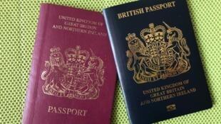 英国该国发出的新BNO护照(图右)较旧BNO护照更像英国公民护照