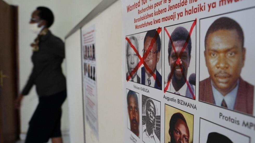 Les visages d'Augustin Bizimana et de Félicien Kabuga dessinés d'une croix, parmi les principaux fugitifs, au bureau de l'Unité de recherche des fugitifs du génocide, à Kigali le 22 mai 2020.
