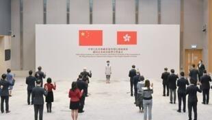 香港副局长和政治助理宣誓仪式2020年12月16日在政府总部举行,12名副局长和14名政治助理在行政长官林郑月娥(中)见证下宣誓拥护《基本法》,效忠香港特区。