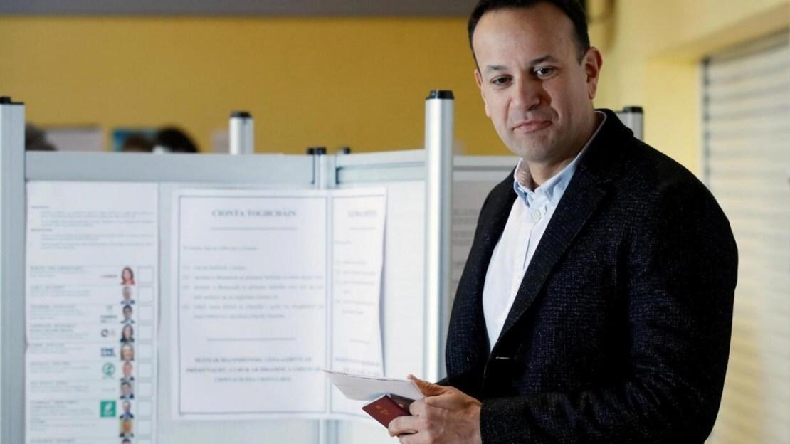 Le Premier ministre Leo Varadkar s'apprète à voter dans un bureau de vote à Dublin, le 8 février 2020.