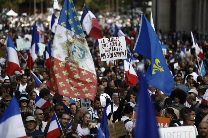 """Manifestación contra el pase de salud organizada en París por el movimiento """"Les Patriotes"""" del exmiembro del Frente Nacional Florian Philippot, 28 de agosto de 2021"""