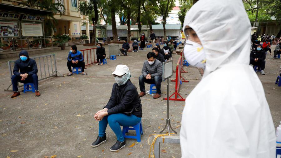 Dân chúng ngồi chờ xét nghiệm virus corona tại một trạm xét nghiêm nhanh ở Hà Nội (Việt Nam) ngày 31/03/2020.