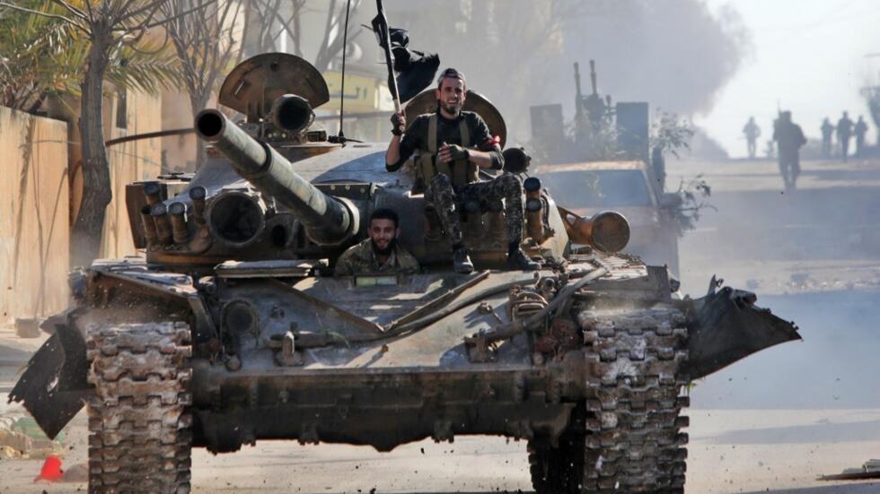 Des combattants syriens soutenus par la Turquie conduisent un char dans la ville de Saraqib, dans la partie orientale de la province d'Idleb, dans le nord-ouest de la Syrie, le 27 février 2020.