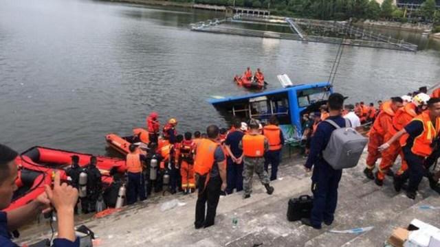贵州安顺市一辆公共汽车2020年7月7日全国高考日载数十学生坠水,造成至少21人死亡恶性事故。中国官方网络刊登事故现场救援照片