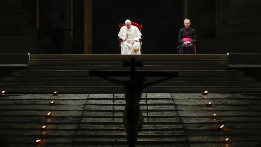 Đức giáo hoàng Phanxicô chủ trì lễ rước Đường Thánh Giá tại quảng trường Thánh Phêrô, hoàn toàn không có công chúng tham gia cho dịch Covid-19, Vatican, ngày 10/04/2020.