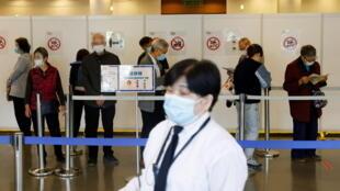 香港政府,面对疫苗接种率不理想的情况,决定分阶段放宽食肆、酒吧、外游及到老人院舍探视家人的限制措施,但前提是员工和市民接种疫苗或下载「安心出行」程序