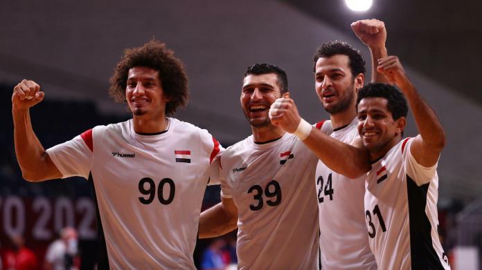 Des handballeurs égyptiens après leur victoire sur Bahreïn le 1er août aux Jeux Olympiques de Tokyo.