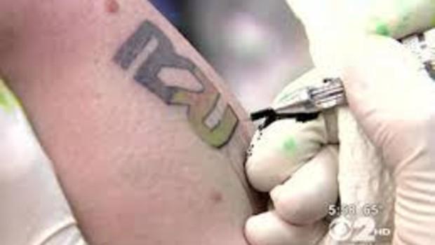 Le logo de Rapid Realty tatoué sur un des employés de l'agence immobilière.