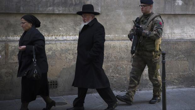 Un soldat patrouille à proximité d'une école juive de Paris